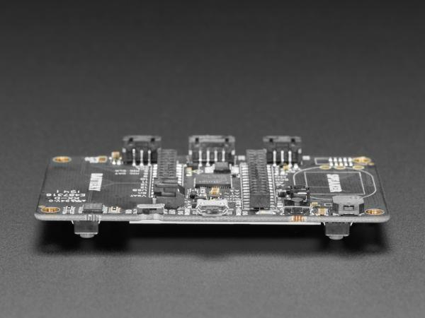 Placa Adafruit EdgeBadge TensorFlow Lite pentru microcontrollere 6