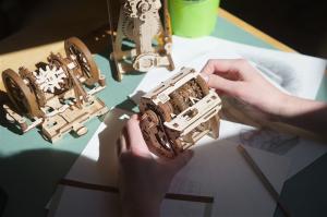 Puzzle mecanic 3D STEM Ugears Cutia de viteze10