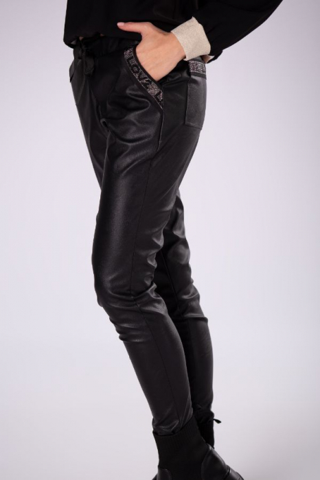 Pantaloni slim fit dama, aspect piele, negru 1