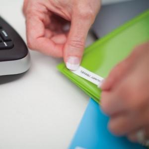 Aparat de etichetat (imprimanta etichete) DYMO LabelManager 210D, QWERTY, Kit  si 1 banda industriala poliester D1, 12mm x 5.5m, negru/alb, S0964070, 169594