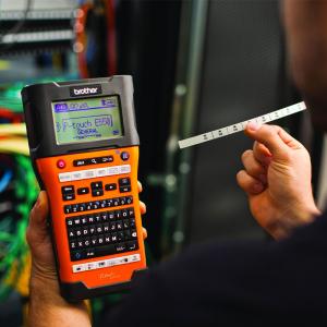 Aparat etichetat portabil Brother PT-E550WSP Kit, QWERTY, 180 Dpi, conectare Wi-Fi si USB, cutter automat, latime banda max. 24 mm, include 2 benzi TZE 24 mm Strong Adeziv4