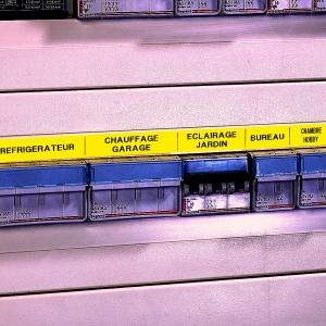Etichete industriale autocolante, DYMO ID1 vinil, 24mm x 5.5m, negru/galben, 18054317