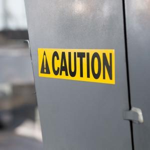 Etichete industriale autocolante, DYMO ID1 vinil, 24mm x 5.5m, negru/galben, 18054312