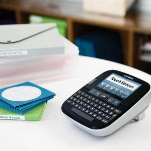 Aparat de etichetat (imprimanta etichete) Dymo LabelManager 500TS, QWERTY, (touchscreen) si 1 banda industriala poliester D1, 12mm x 5.5m, negru/alb, S0946410, 169595