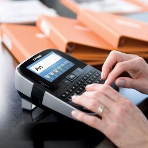 Aparat de etichetat (imprimanta etichete) Dymo LabelManager 500TS, QWERTY, (touchscreen) si 1 banda industriala poliester D1, 12mm x 5.5m, negru/alb, S0946410, 169597