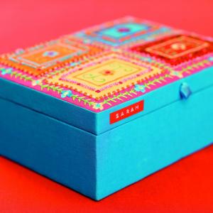 Etichete plastic embosabile Compatibile Omega, 9mmx3m, negru, albastru, rosu 3 buc/set7