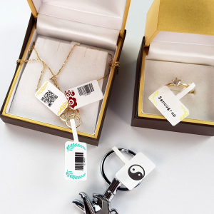 Etichete termice bijuterii 30 x 25mm + 47mm pretiparite margini rosii, plastic alb, doar pentru imprimanta AYMO M200, 230 buc/rola2