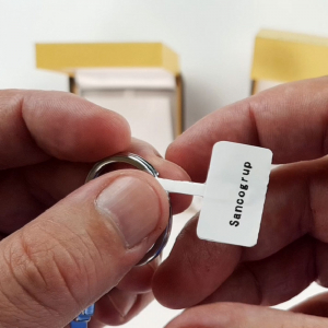 Etichete haine universale fata dubla cu ureche perforata exterioara 50 x 19mm model aripi paun, plastic alb, permanente, 1 rola, 250 etichete/rola, pentru imprimanta M110 si M2003