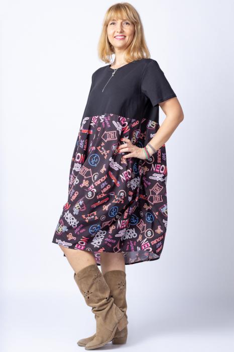 Rochie lalea cu bust negru si imprimeu cu scrisuri si semne multicolore 1