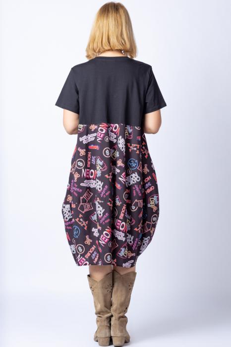 Rochie lalea cu bust negru si imprimeu cu scrisuri si semne multicolore 2