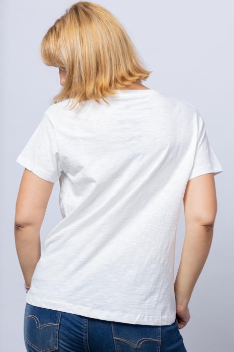 Tricou alb `ALWAYS FREEDOM` cu pestisor la buzunarul de pe bust, din bumbac [1]