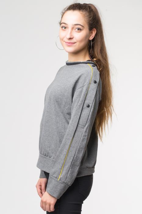 Bluza gri din tricot  cu vipusca galbena si capse pe maneci 1