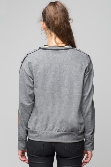 Bluza gri din tricot  cu vipusca galbena si capse pe maneci 2