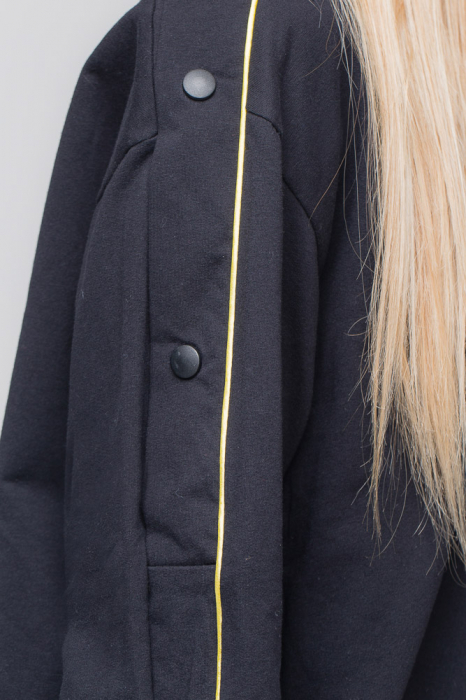 Bluza neagra din tricot  cu vipusca galbena si capse pe maneci 2