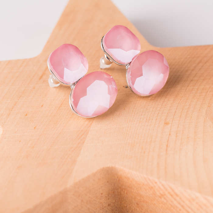 Cercei metalici argintii cu montura de sticla roz fatetata 0