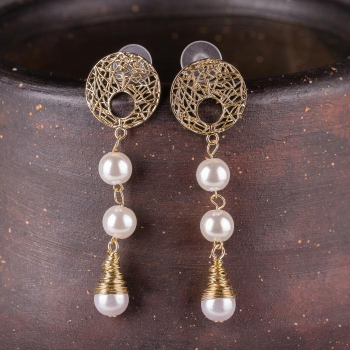 Cercei metalici aurii cu 3 perle sintetice albe 0