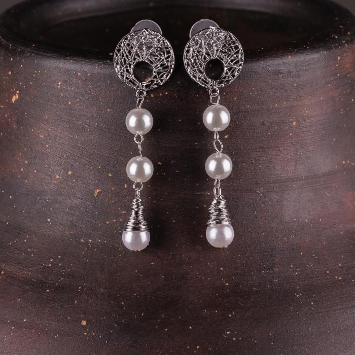 Cercei metalici argintii cu 3 perle sintetice albe 0