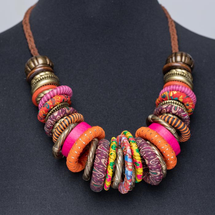 Colier fucsia-multicolor cu anouri din lemn si metal [0]