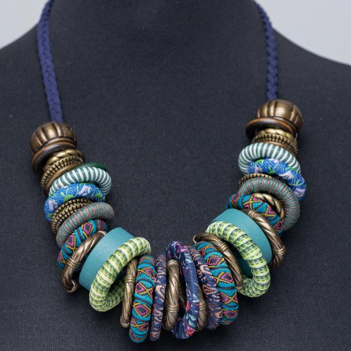 Colier turcoaz-multicolor cu anouri din lemn si metal [0]
