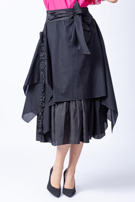 Fusta neagra suprapusa cu funda in talie si siret cusut pe o parte [4]