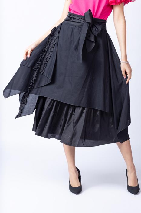 Fusta neagra suprapusa cu funda in talie si siret cusut pe o parte [3]
