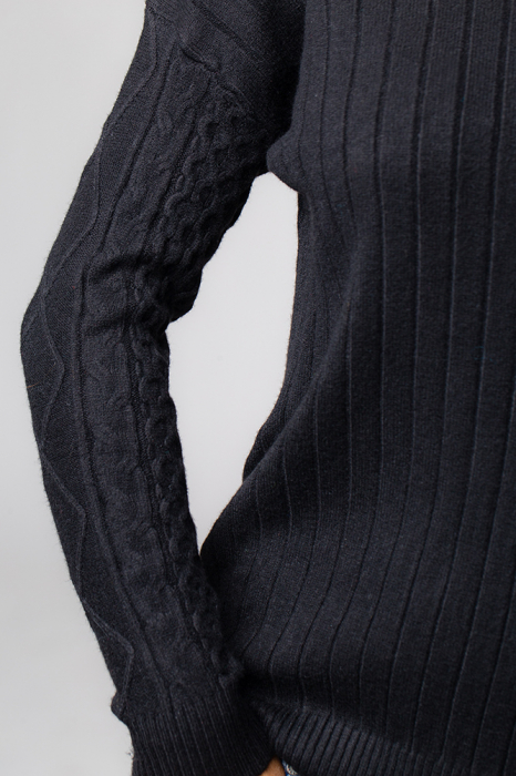 Pulover negru cu maneci stantate 2