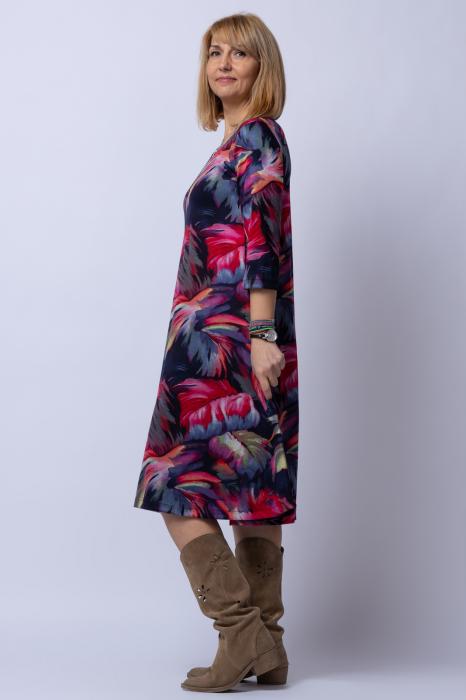 Rochie `A line` midi, imprimeu predominant in nuante de bleumarin-rosu, din vascoza 2
