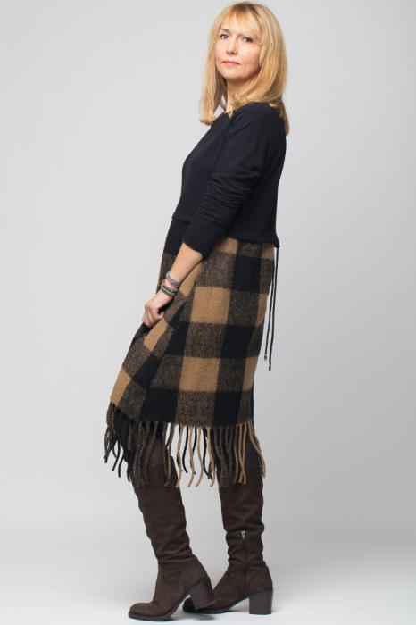 Rochie bej-negru din lana ecozez cu franjuri si paiete [1]