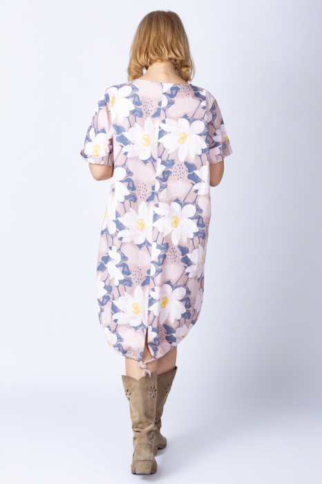 Rochie cu flori de nufar picturale, asimetrica, pe fond roz prafuit [2]