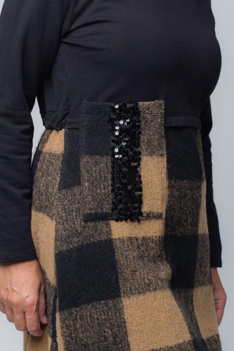 Rochie bej-negru din lana ecozez cu franjuri si paiete [3]