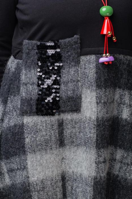 Rochie gri-negru din lana ecozez cu franjuri si paiete [3]