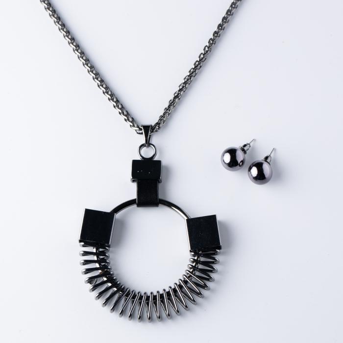 Set cercei si lant argintiu inchis, lung, cu pandantiv metalic in forma de arc [0]