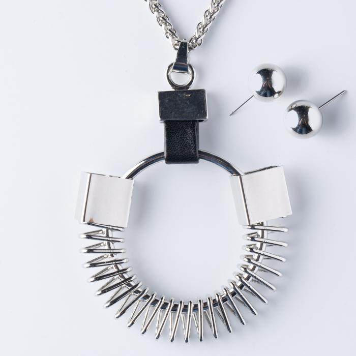 Set cercei si lant argintiu,lung, cu pandantiv metalic in forma de arc 0