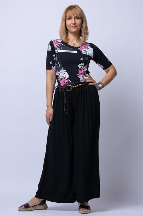 Tricou negru cu imprimeu floral si tenisi [2]