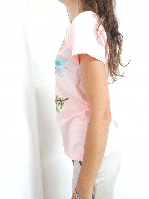 Tricou pictat manual roz pal cu papagali pe ramură [1]