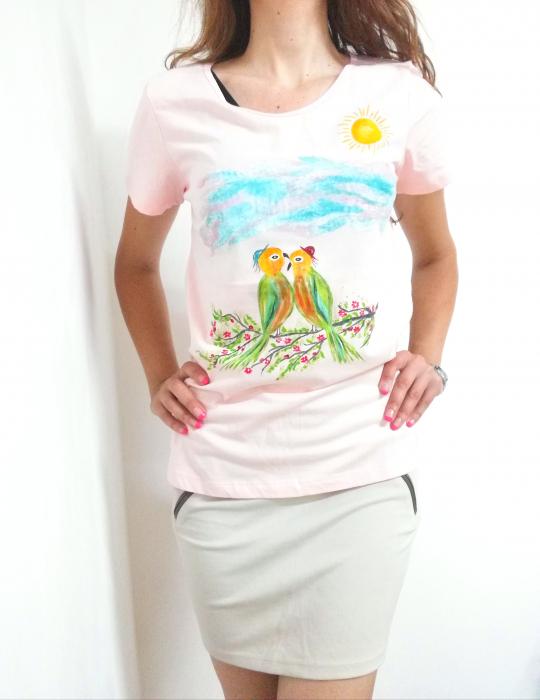 Tricou pictat manual roz pal cu papagali pe ramură [0]