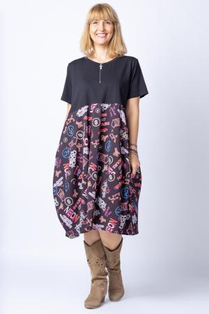Rochie lalea cu bust negru si imprimeu cu scrisuri si semne multicolore0