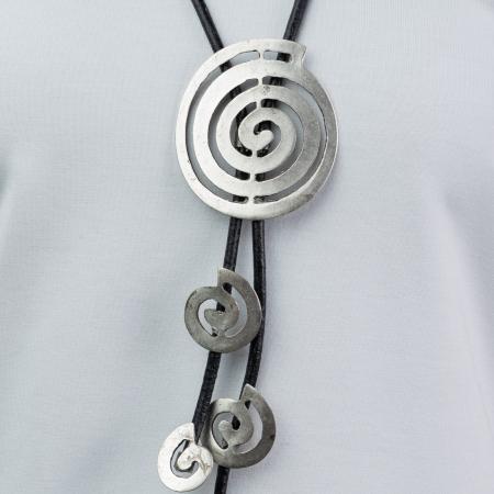 Colier lung cu elemente stilizate in forma de melc, din ZAMAC, montate pe fir de piele [1]