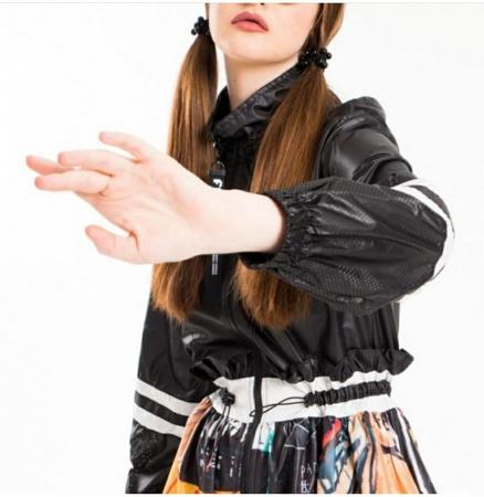 Rochie tip jacheta midi, neagra si imprimeu colorat, cu gluga, din tafta3