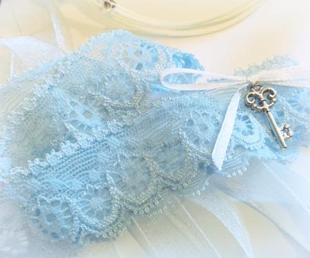 Jartiera dantela bleu cu panglică din satin și un pandantiv în formă de cheita2