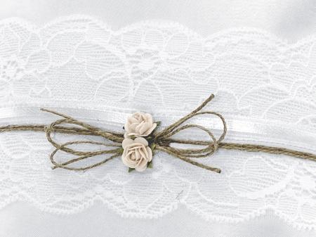 Pernuta verighete din țesătură mată, albă, cu trandafiri roz deschis, sfoară si dantelă, Vintage Collection 16 x 16cm2
