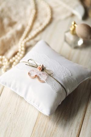 Pernuta verighete din țesătură mată, albă, cu trandafiri roz deschis, sfoară si dantelă, Vintage Collection 16 x 16cm1