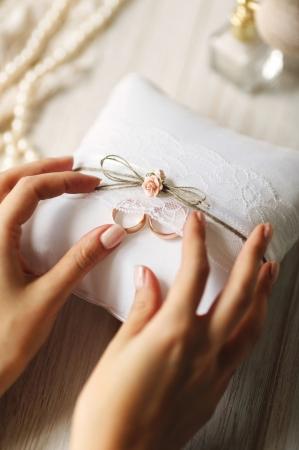 Pernuta verighete din țesătură mată, albă, cu trandafiri roz deschis, sfoară si dantelă, Vintage Collection 16 x 16cm0