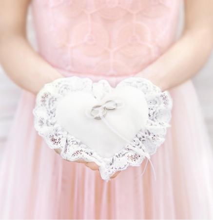 Pernuta verighete în formă de inimă, din țesătură mată albă, cu dantelă și șnur alb, 13x13cm0