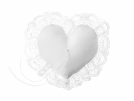 Pernuta verighete în formă de inimă, din țesătură mată albă, cu dantelă și șnur alb, 13x13cm2
