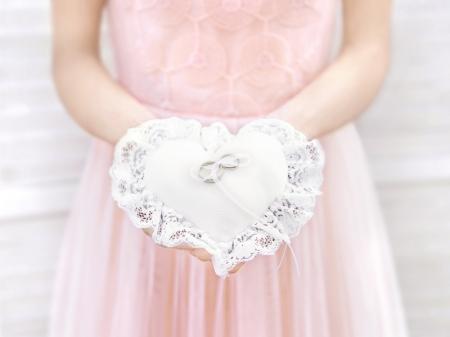 Pernuta verighete în formă de inimă, din țesătură mată albă, cu dantelă și șnur alb, 13x13cm1