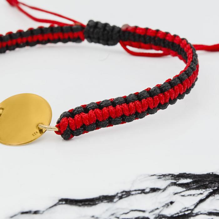 Bratara personalizata cu snur reglabil impletit in doua culori banut de 12 mm placat cu aur gravat cu nume si simbol [1]