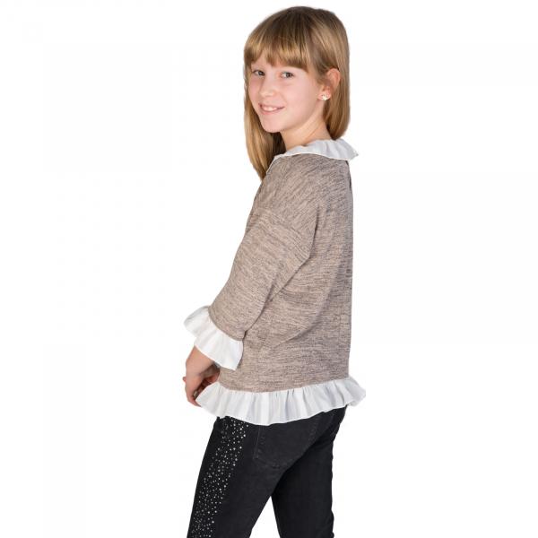 Bluză trendy cu fason lejer și mâneci 3/4. La capetele mânecilor, la gât și la bata inferioară, bluza are volane albe. Se inchide la spate cu un nasture.  Aceasta poate fi asortată cu o fustă simplă sau o pereche de pantaloni/blugi și fetița dumneavoastră poate merge la un film cu prietenele sau pur și simplu la joacă. 2