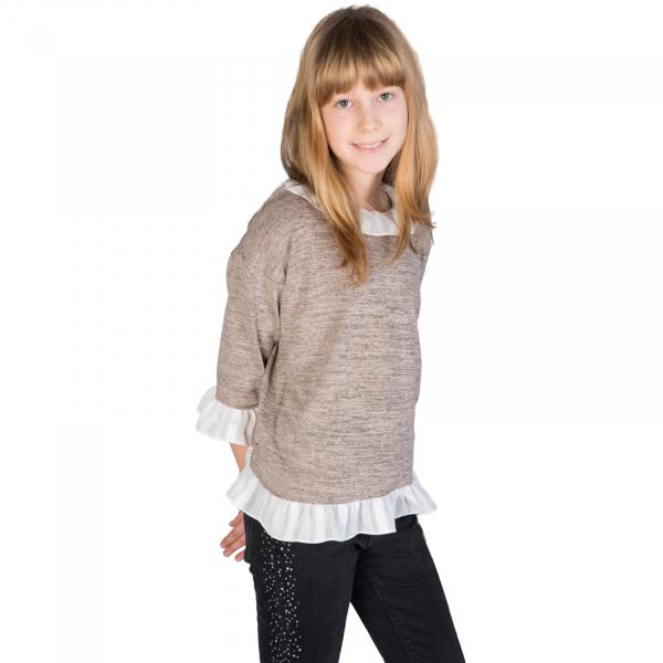 Bluză trendy cu fason lejer și mâneci 3/4. La capetele mânecilor, la gât și la bata inferioară, bluza are volane albe. Se inchide la spate cu un nasture.  Aceasta poate fi asortată cu o fustă simplă sau o pereche de pantaloni/blugi și fetița dumneavoastră poate merge la un film cu prietenele sau pur și simplu la joacă. 0