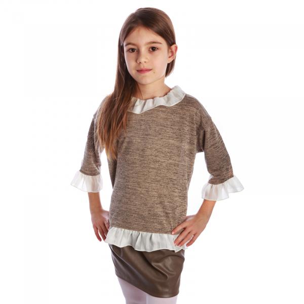 Bluză trendy cu fason lejer și mâneci 3/4. La capetele mânecilor, la gât și la bata inferioară, bluza are volane albe. Se inchide la spate cu un nasture.  Aceasta poate fi asortată cu o fustă simplă sau o pereche de pantaloni/blugi și fetița dumneavoastră poate merge la un film cu prietenele sau pur și simplu la joacă. 3